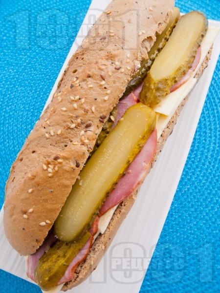 Сандвич с пълнозърнеста питка, кисели краставички и пуешко филе - снимка на рецептата